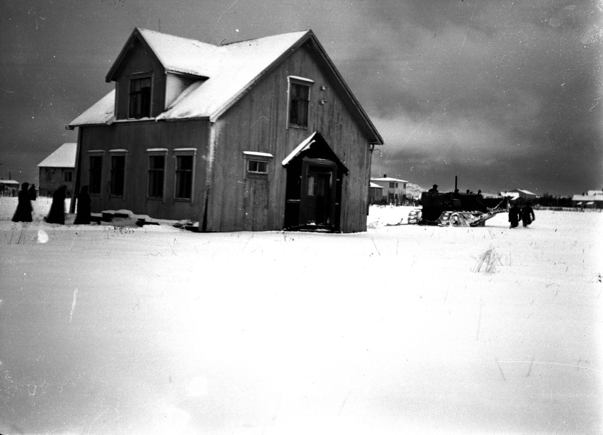 Bygning og kjøretøy. Snø på bakken.