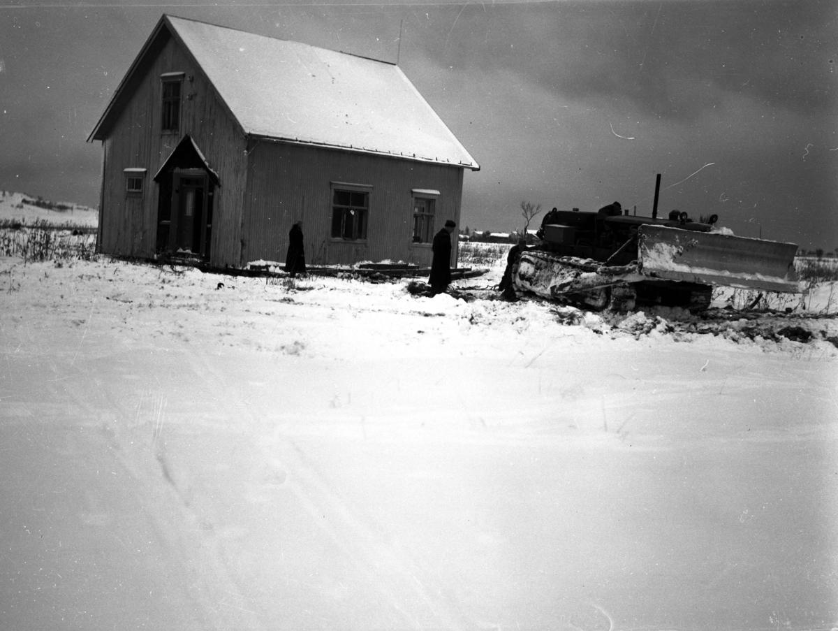 Bygning og kjøretøy. Snø på bakken