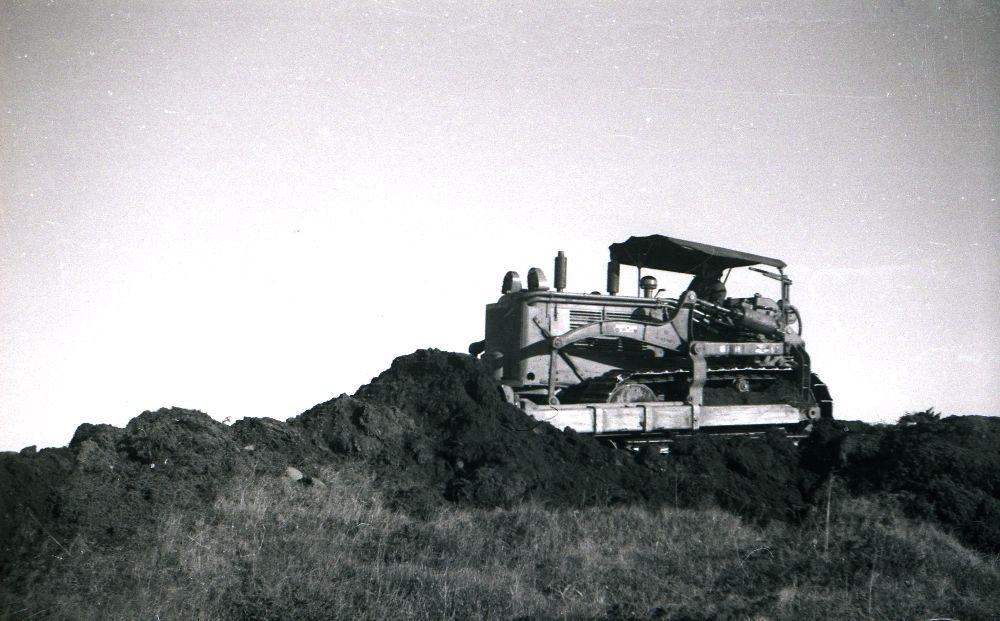 Anleggsarbeid. En bulldozer i aktivitet med å planere fyllmasse.