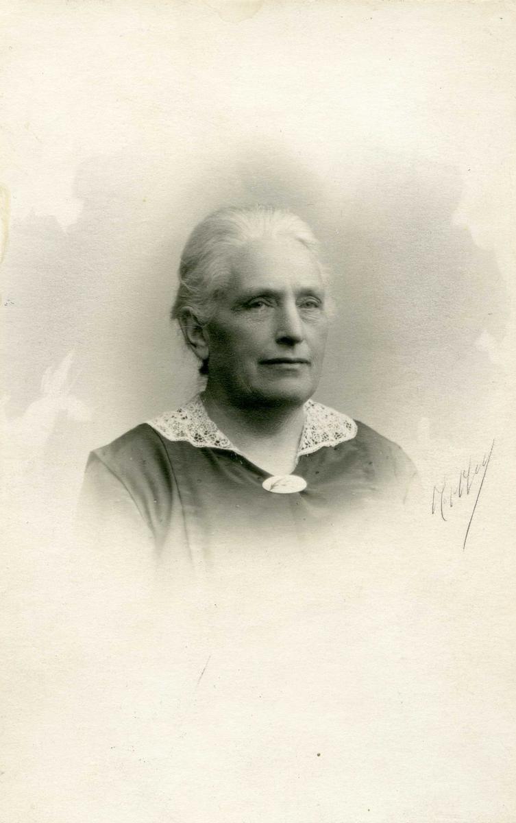 Portrett - Fru Dagne Olsen f. Johansen, g.m. Alexander Olsen. F. 10/1 1859 - d. 13/8 1930.