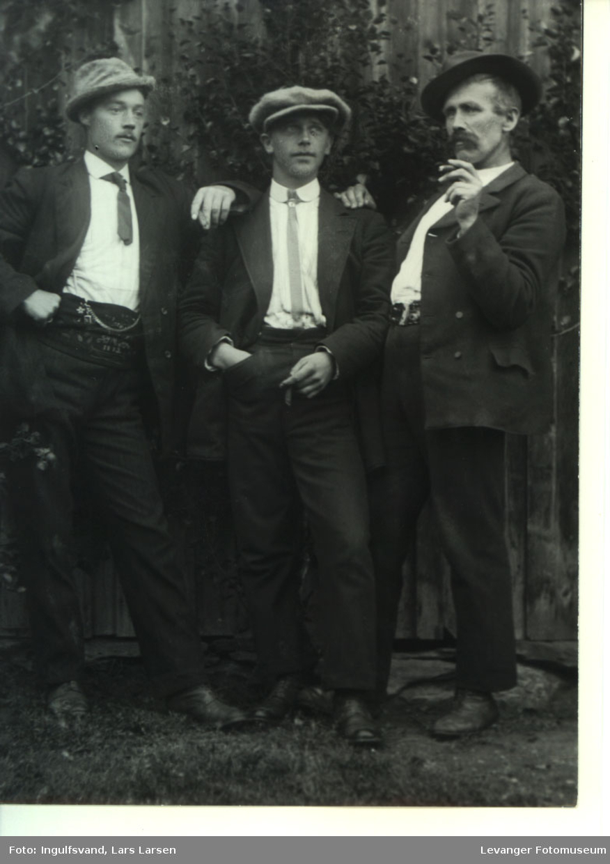 Gruppebilde av tre menn i hyggelig lag.