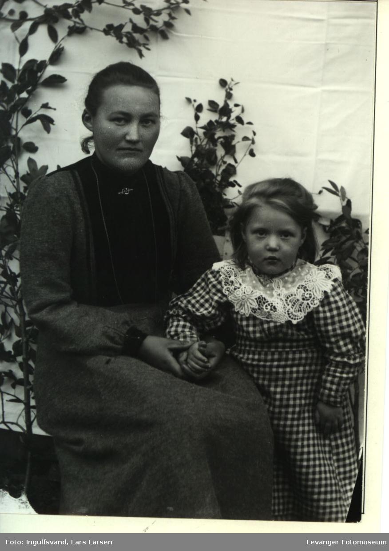 Portrett av ei kvinne og ei jente.