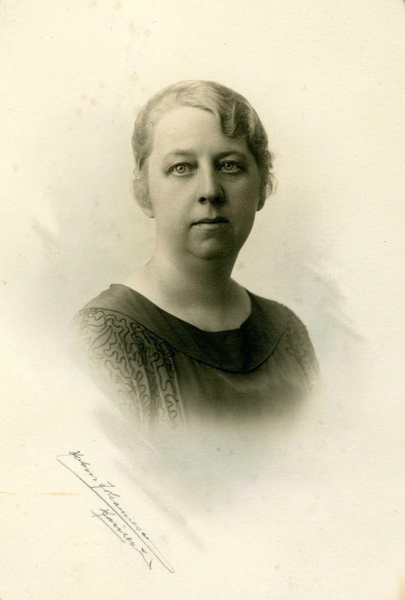 Portrett av Fru Ingeborg Gurine Brommeland, f. Høie. F. 23/5 - 1883. Gift med Severin Brommeland.
