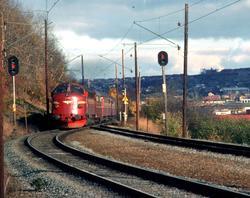 Rørosbanens dagtog, tog 302, kjører inn på Selsbakk stasjon.