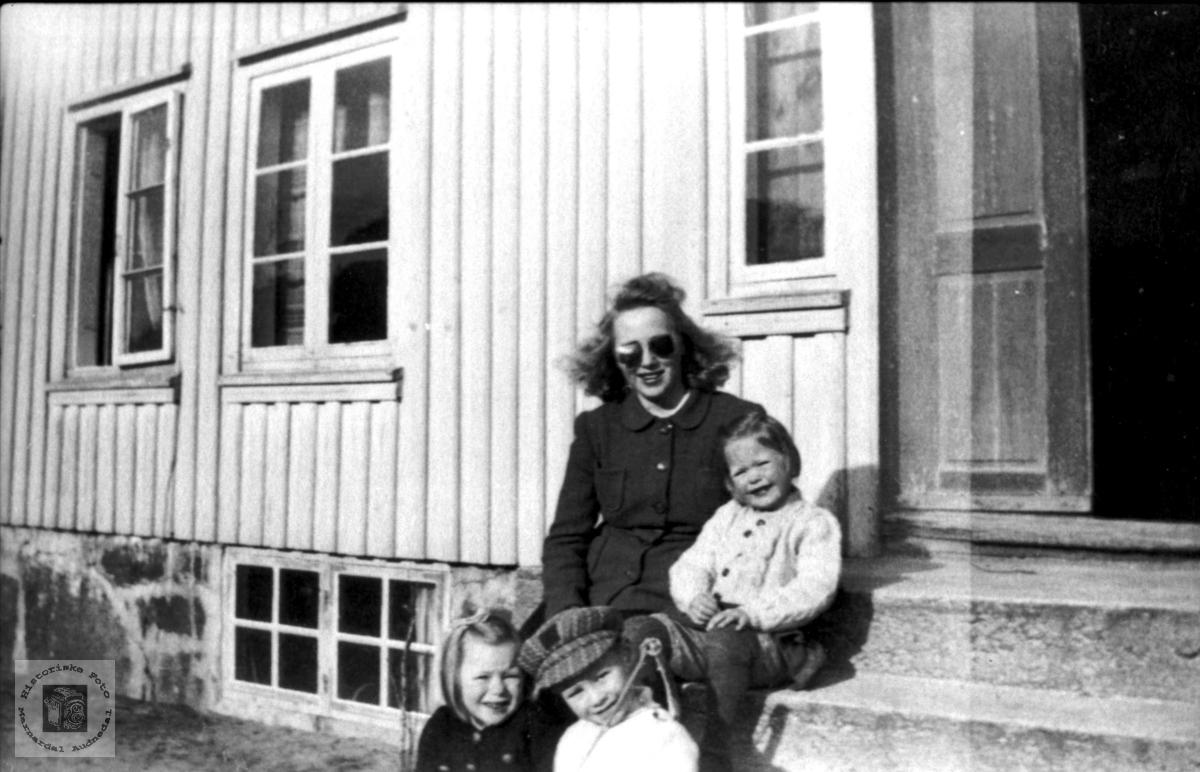 Barnevakt på Kjosen, Laudal.