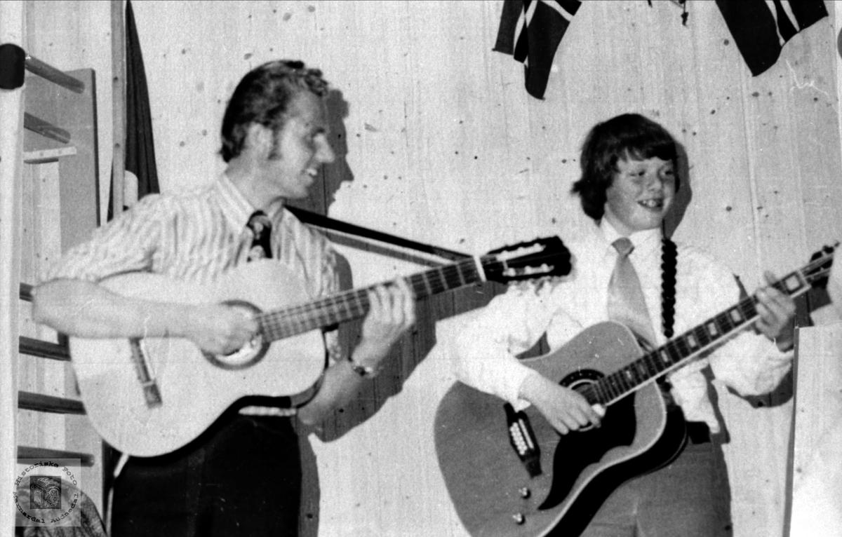 På gitar. Terje Lauvdal og Odd Aukland.