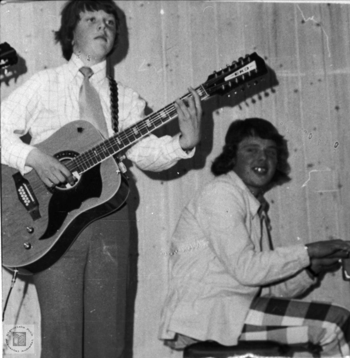 Gitar og piano. Terje og Geir Lauvdal.