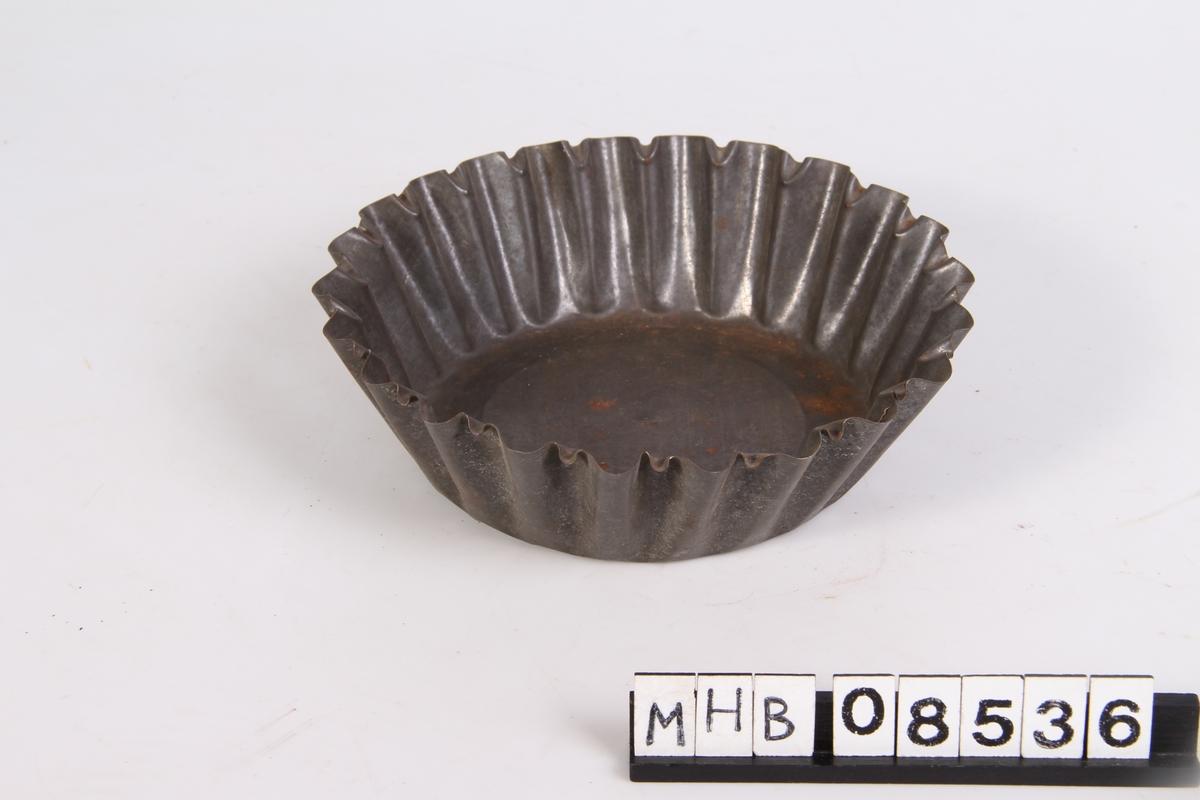 Puddingform med bølgete kanter.