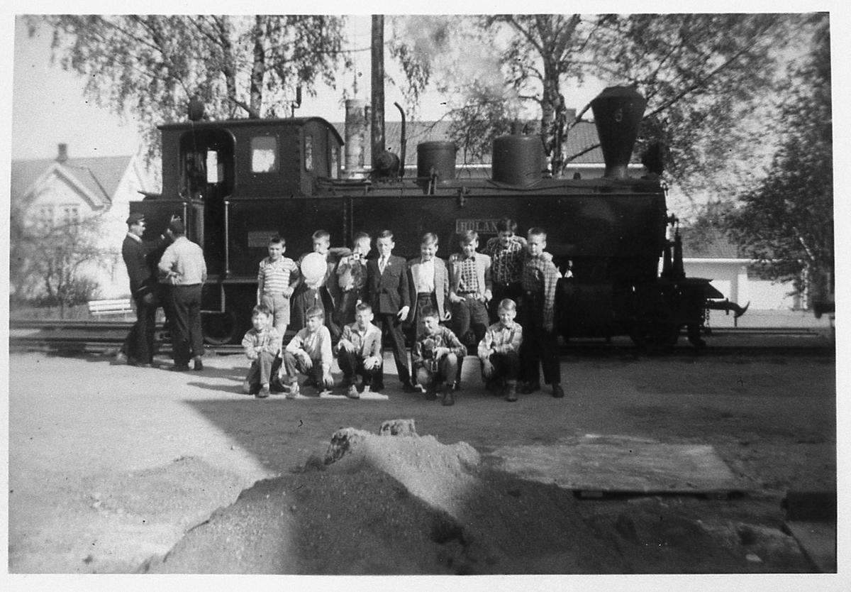 Klasse 3c gutter (3 c/g) Hersleb folkeskole på skoletur, oppstilt foran damplokomotiv 6 Høland.