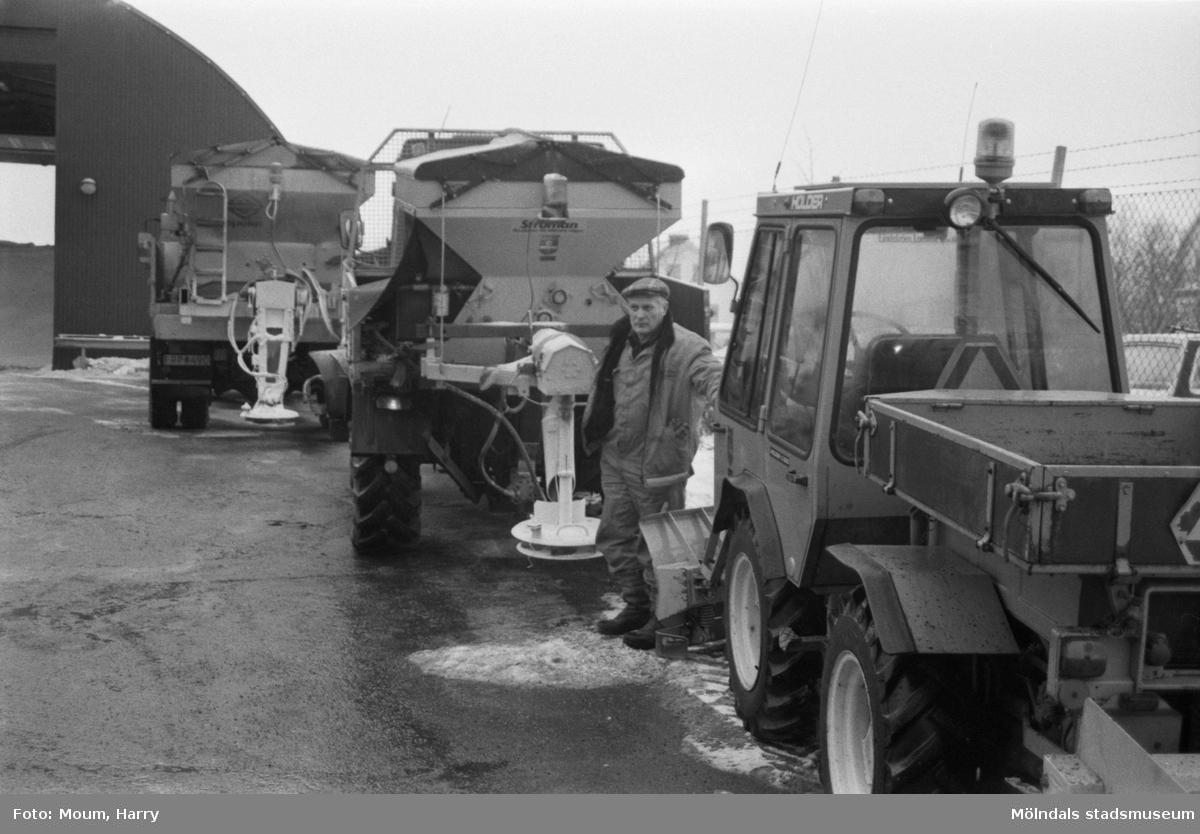 Gatukontorets centralförråd vid Skedebrogatan i Mölndal, år 1985.  För mer information om bilden se under tilläggsinformation.