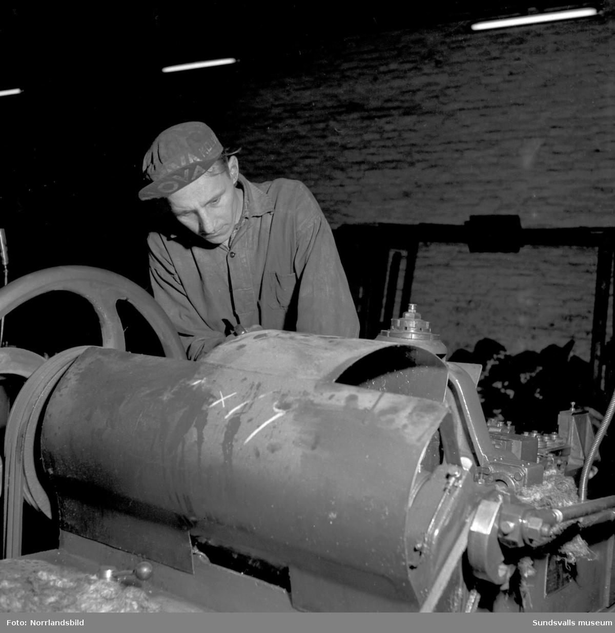 Spiksmeder i arbete på Gunnebo spikfabrik i Söråker.