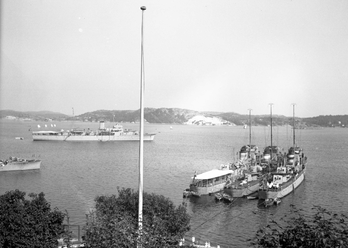 Flåtebesøk - marinefartøy fotografert fra Lyng Olsens veranda. 1939 Norsk flåtebesøk. Fra høyre i bildet sees jagerene Æger, Sleipner og Gyller samt mineleggeren Olav Tryggvason. I venstre billedkant sees forskipet til to torpedobåter av Stor-klassen.