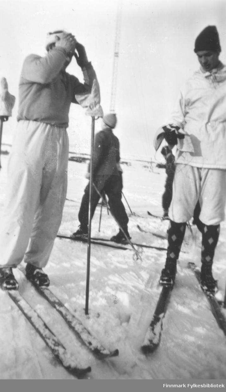 Deltakere etter bedriftsstafettløp på ski i Vadsø ca. 1950. Fritz Ebeltoft til venstre, til høyre Jakob Ratikainen