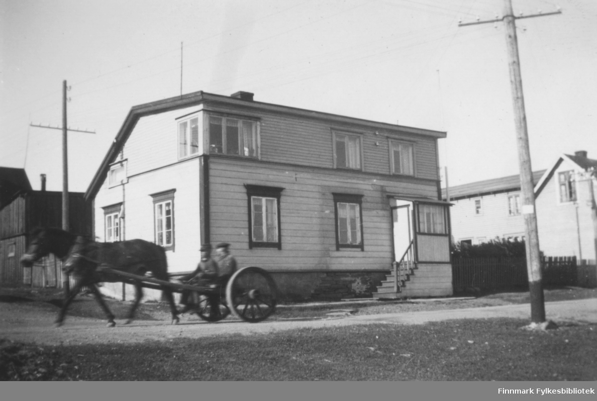 Huset til urmaker Andreas Berg og kona Marie. Bildet er tatt i Oscarsgate ca. 1937-1940. En hest med vogn passerer akkurat i gata