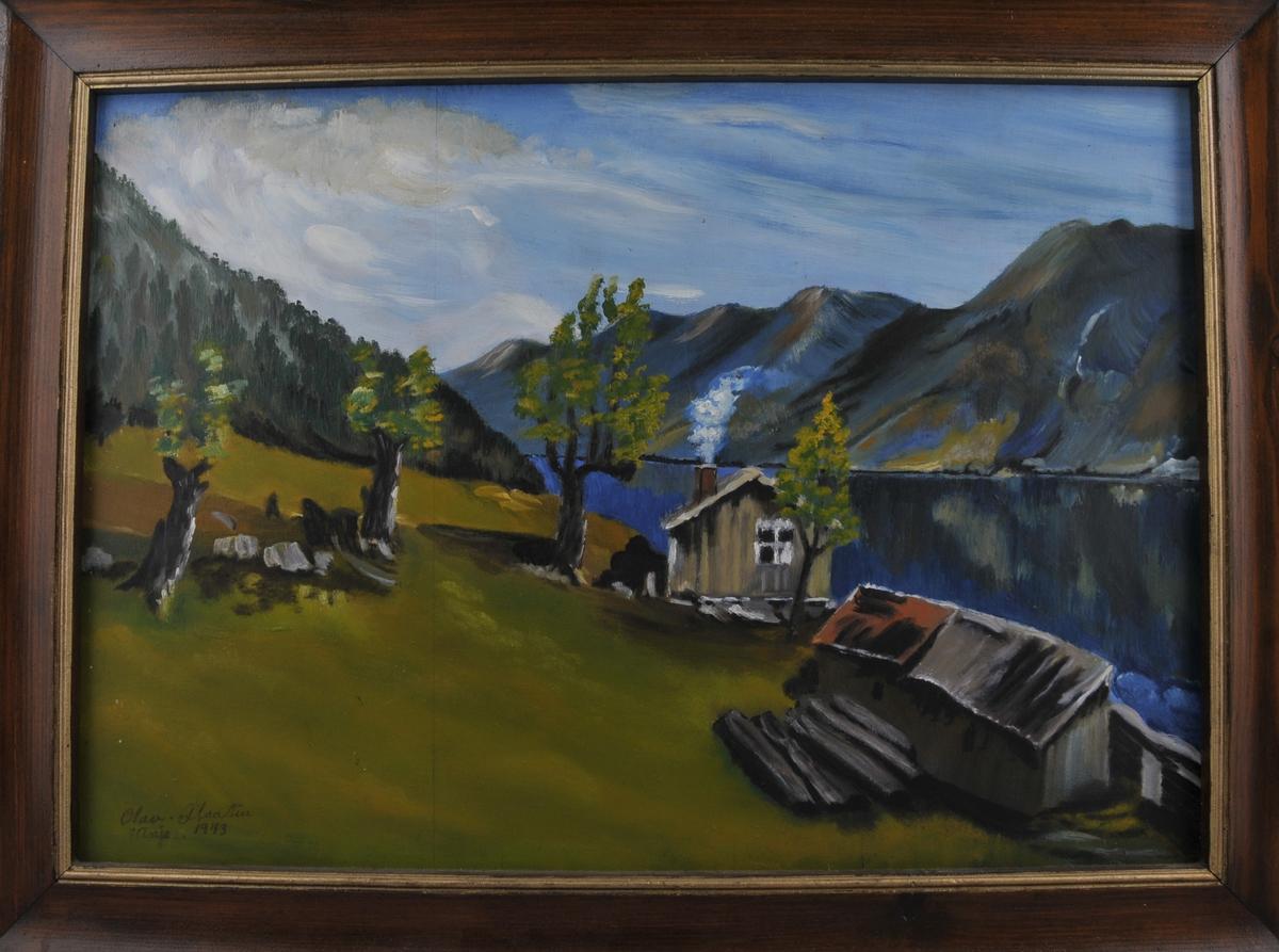 To små hus i ein bakke med vatn nedom. Fjell i bakgrunnen. Sjausæl i Lårdal. Motiv på baksida av plata; Fjellandskap med tre støylar på høge steinmurar og telemarkskyr.
