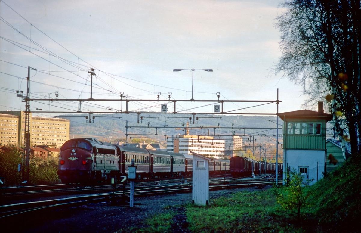 Marienborg stasjon med stillverk. Ekspresstog 44 Trondheim - Oslo passerer med hjelpelokomotiv type Di 3. På grunn av strømutkobling ble togene denne dagen kjørt med diesellok foran og bak mellom Trondheim og Heimdal.