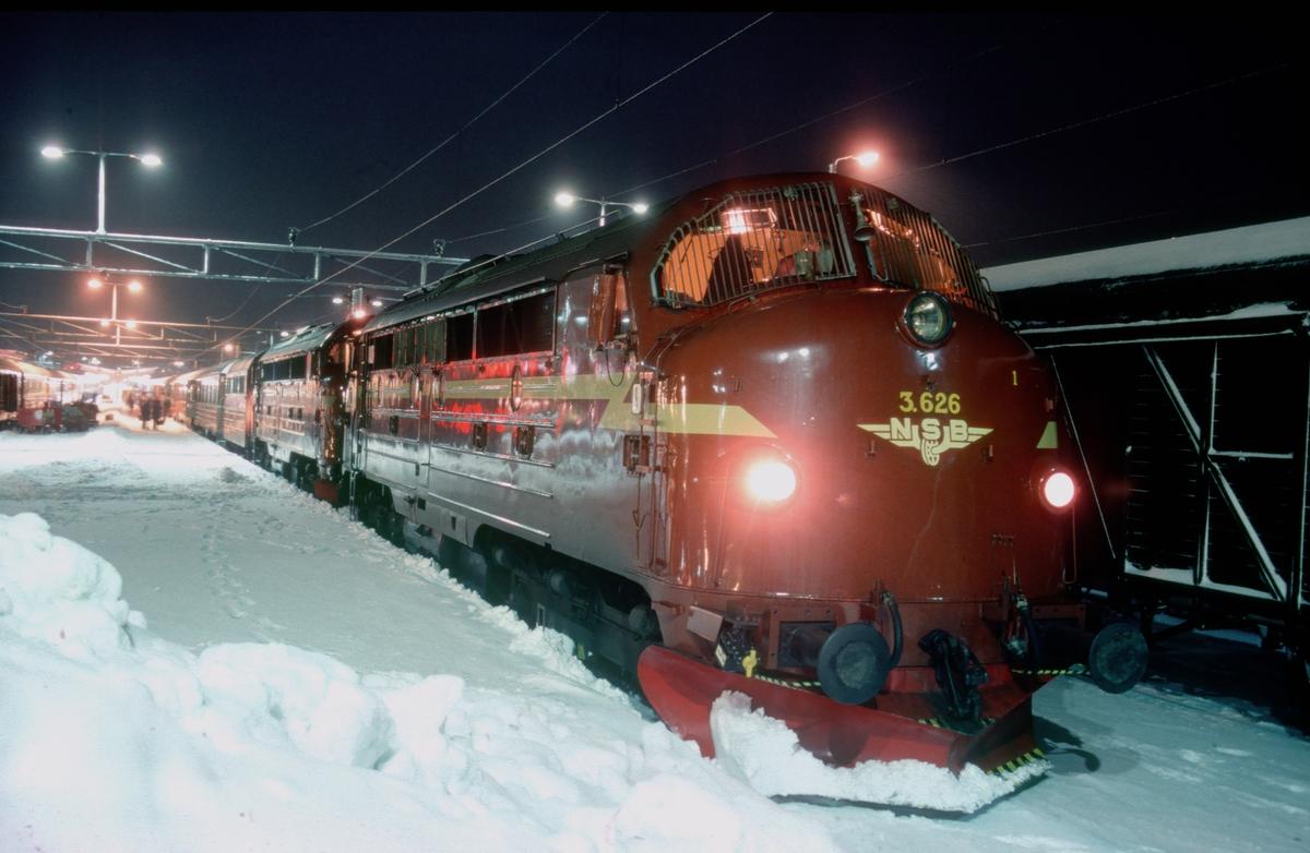 Nattog til Bodø på Trondheim stasjon med to dieselelektriske lomotiver NSB type Di 3.