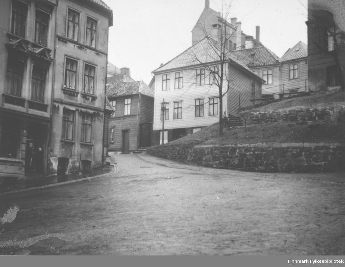 Bilde fra Koren Wibergsplass i Bergen. Det hvite tre huset er nummer 11. Der bodde August Magnus Jacobsen fra Vardø med sin familie. Han var sønn til smedmester i Vardø Ole Sigfrid og hustru Anna Christine Vibe Jacobsen
