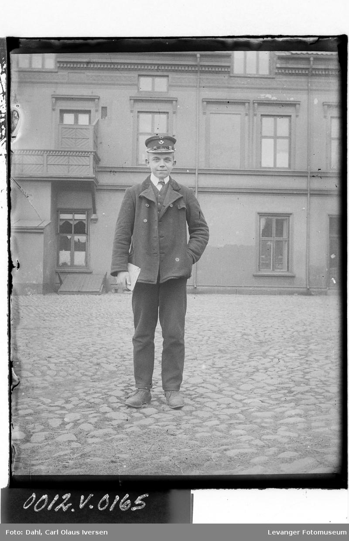 Ung mann i uniform