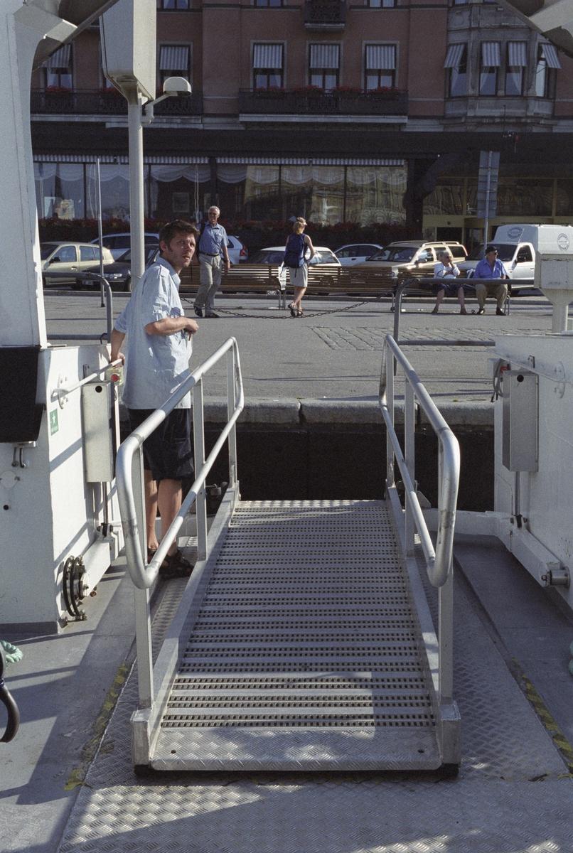 Skärgårdsprojektet 2003-2004 Fotodatum 16 juli 2003 Landgången tas ombord VÅNÖ