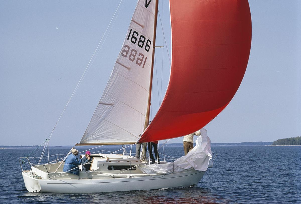 Fartyg:  Bredd över allt 2,46 meter Längd över allt 8,25 meter  Konstruktör: Brohäll, Per Övrigt: Segelnummer: 1686