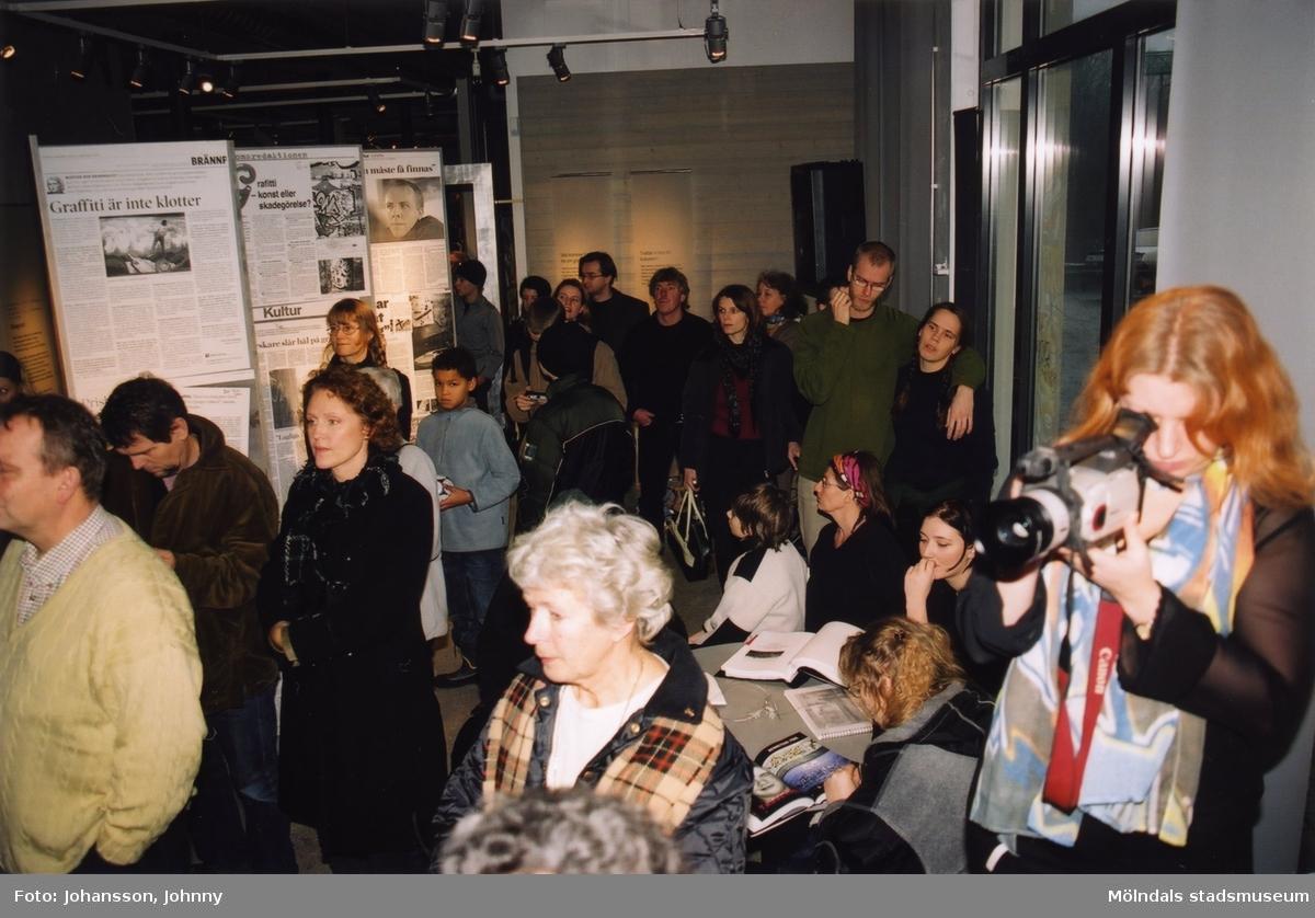 """Besökare i utställningen """"Alltså finns jag"""" på Mölndals museum, år 2003.  Utställningen """"Alltså finns jag"""" ...en utställning om graffitikultur på Mölndals Museum, Kvarnbygatan 12, Mölndal, pågick från 25 januari till 25 maj 2003.  """"Alltså finns jag"""" var ett samarbete mellan Mölndals museum, Vitlycke museum, Bohusläns museum, Västergötlands museum och Konstkonsulenterna i Västra Götalandsregionen."""