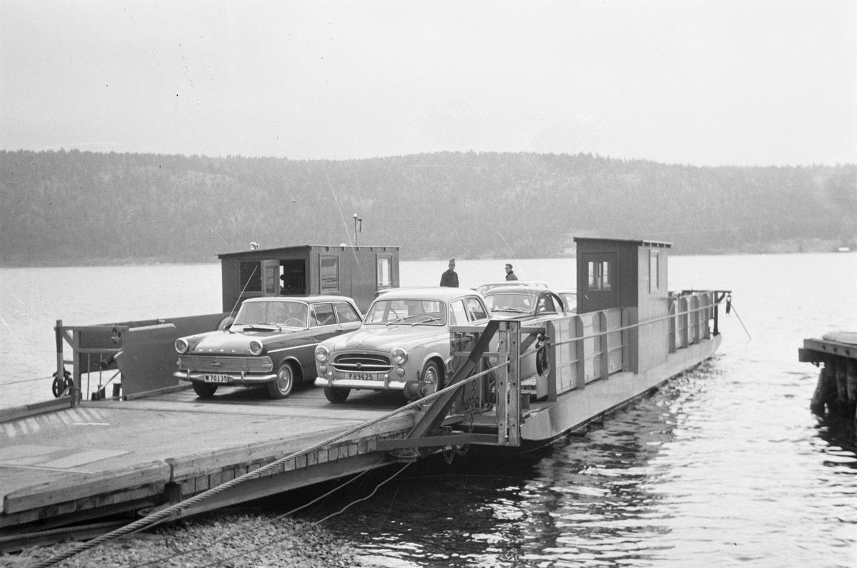 Övrigt: Färjtrafiken Sund-JarenFoto: 1963-08-15Sedan slutet av 1800-talet har det förekommit transporter över leden i organiserad form. Färjestugan byggdes redan 1890 och en fast turlista infördes 1940. Den första motordrivna färjan kom till Sund-Jaren på 1920-talet och den färja som idag trafikerar leden togs i bruk 1972. Genom Dalslands kanal har sjön Stora Lee en farled öppen ut till havet.
