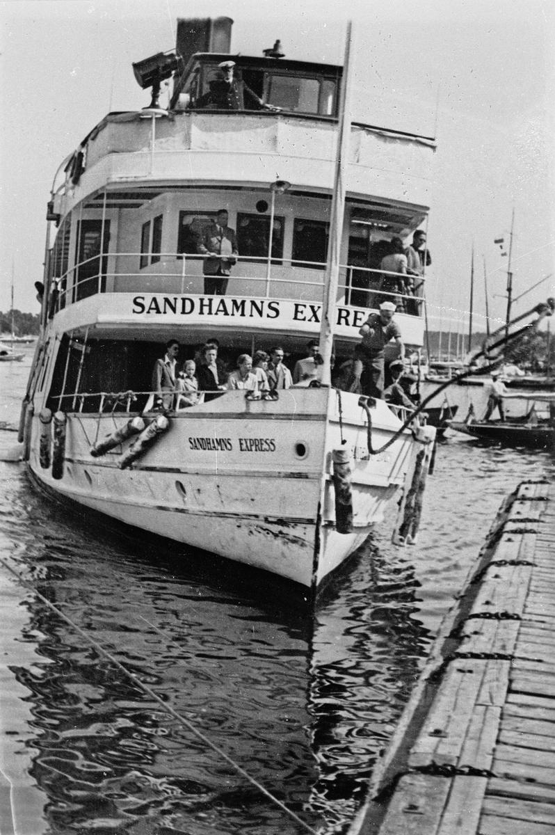 Fartyg: SANDHAMNS EXPRESS              Bredd över allt 6,88 meter Längd över allt 33,73 meter Reg. Nr.: 5116 Rederi: Waxholms Nya Ångfartygs AB Byggår: 1910 Varv: Eriksbergs MV