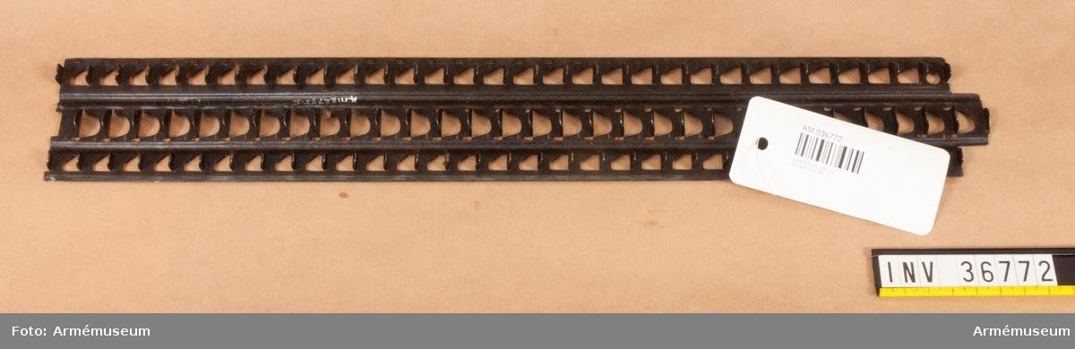 Grupp E IV.a Laddram till kulspruta m/1900 nr 1391. Ramarna finns i fodralet.