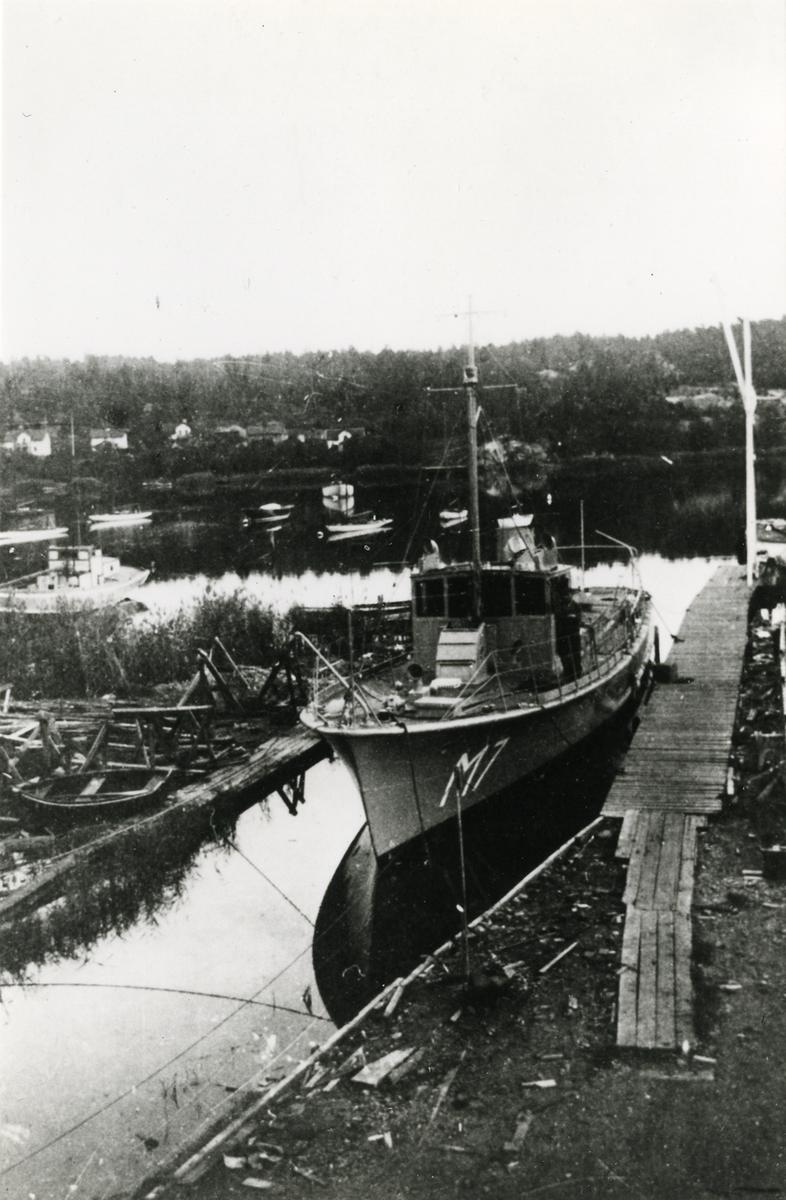 Minsvepare M7 på Holms varv i Gamleby.[---] Utrustad med två ELWE-dieselmotorer om 200 hkr vardera. Levererad 22/11 1940.