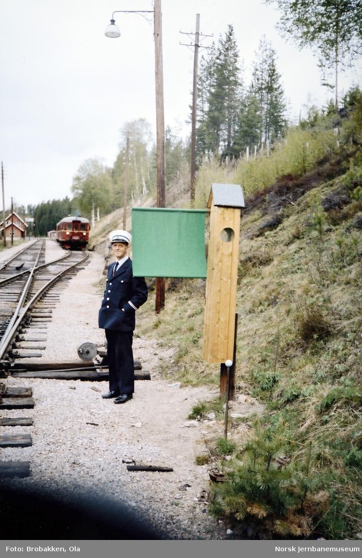 Togfører Kåre Dalsrud i tog 372 viser klart inn for tog 301, som krysser tog 372 på Barkald stasjon