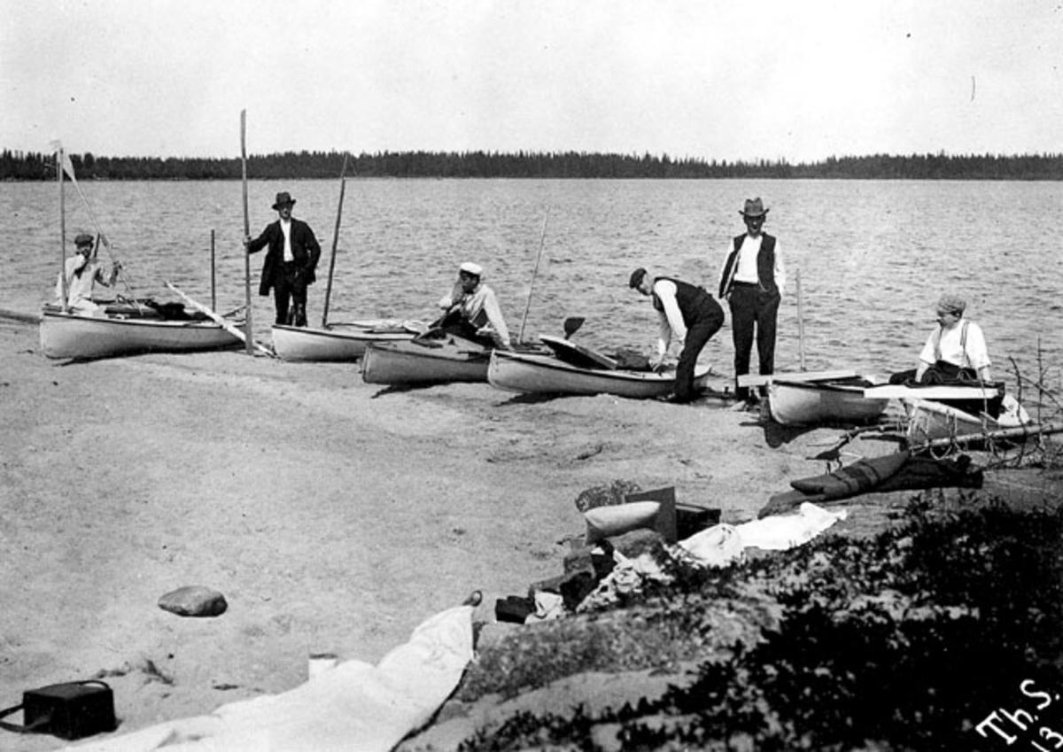 Kanoter göras i ordning på klipphäll