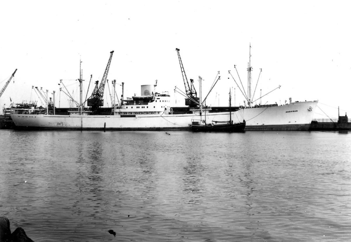 """Foto i svartvitt visande lastmotorfartyget """"ANDAMAN"""" vid kaj i Köpenhamn."""