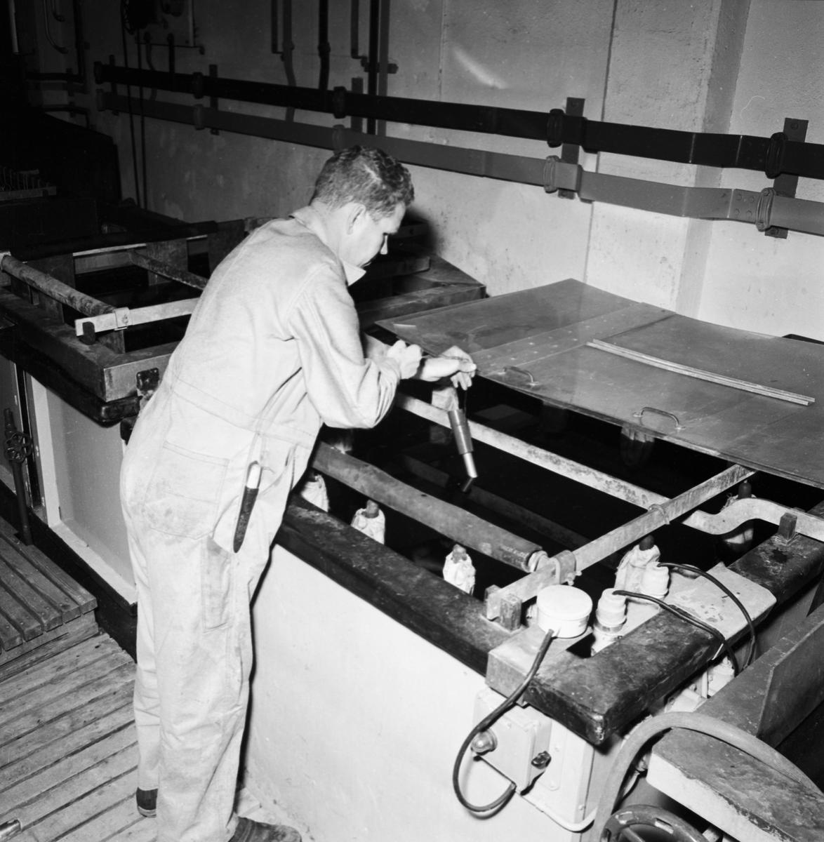 Övrigt: Foto datum: 30/6 1964 Verkstäder och personal. Ytbehandlingsverkstan arb. detaljer. Närmast identisk bild: V28893 och V28895, ej skannade