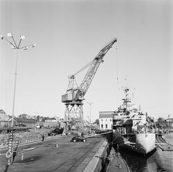 Liggande i hamnen är HMS Älvsnabben M01
