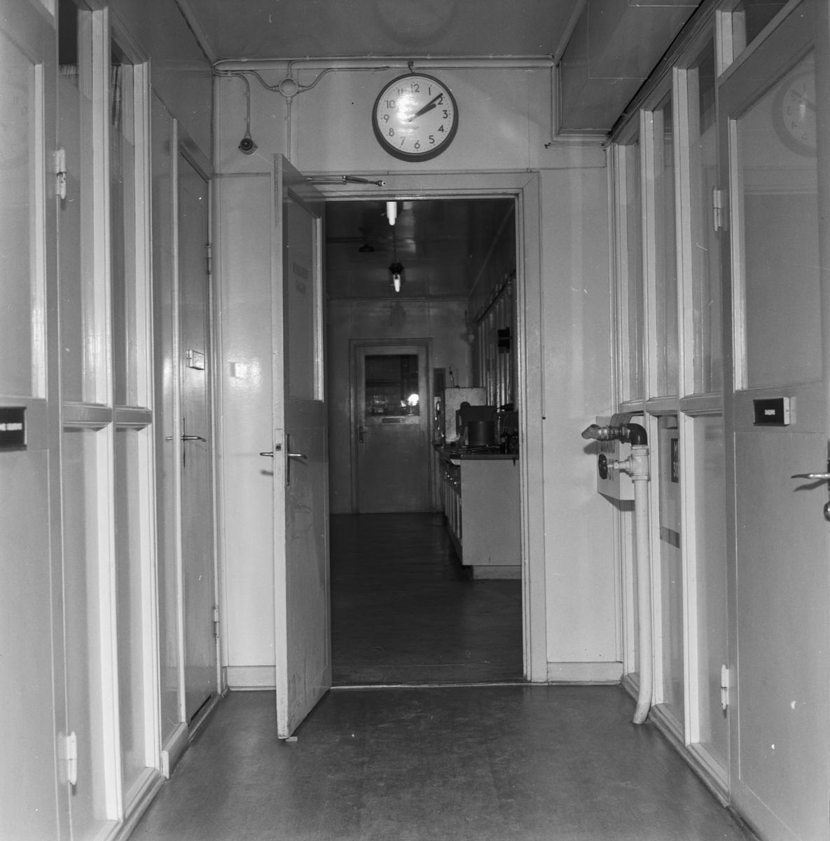 Övrigt: Foto datum: 6/3 1956 Byggnader och kranar Lab interiör och personal. Närmast identisk bild: V8740, ej skannad