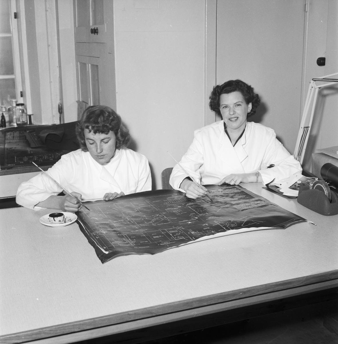 Övrigt: Foto datum: 6/3 1956 Byggnader och kranar Lab interiör och personal