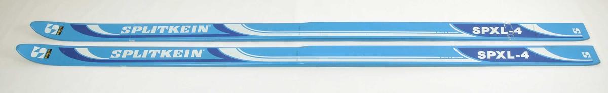 Hoppski laga av tre. Blå overflate, S-emblem på skitupp. Gjennomsiktig plastsåle med fem riller, namnet Splitkein synleg.