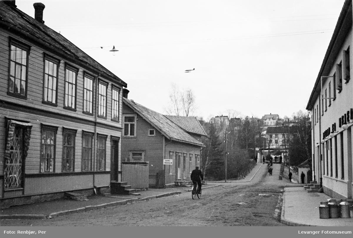 Tysk rekognoseringsfly over Levanger sentrum V