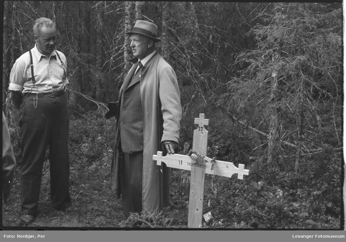 Åpning av graver i krigsfangeleiren på Falstad.imidlertidig kors satt opp på fellesgrav.