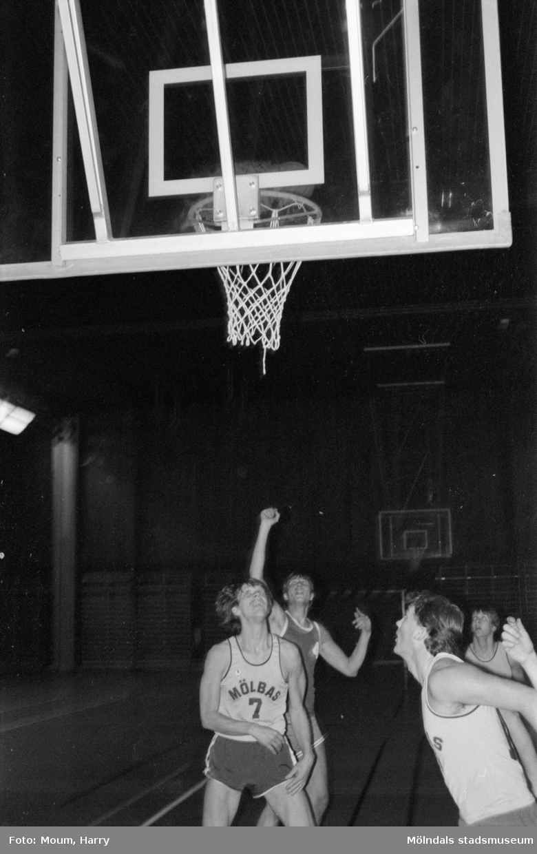 Basketmatch i Ekenhallen i Kållered, år 1985.  För mer information om bilden se under tilläggsinformation.