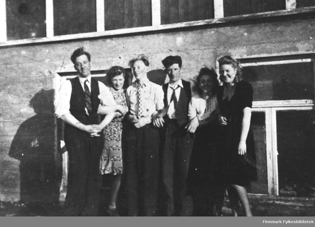 Ungdom i Berlevåg. Fra venstre: Gustav Nilsen, Gerd Gjæver Pedersen, Algot Sandmo, Kåre og Eldbjørg Gjæver Pedersen, Vally Larsen.