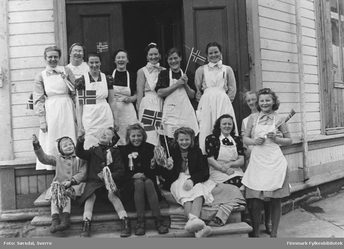 Bildet er tatt i 1945, sannsynligvis 17 mai, og viser ansatte og pasienter på trappa til sykehuset etter tilbakeflytting fra Syltefjord.  Bakerste rekke: nr. 2 fra venstre kjøkkensjef Tordis Rafaelsen,nr. 6 Inga Jensen, nr. 7 Hulda Holmen.I fremste rekke stående ytterst til høyre Åse Karlsen f.Pettersen og bak henne sees oldfrue frk. Holm.