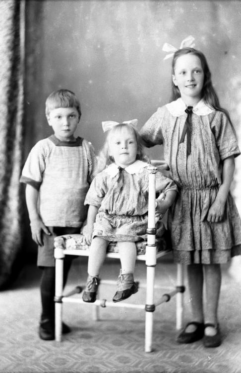 Syskonen Gösta, Karin och Inga, kusinbarn till fotografen Oscar Färdig