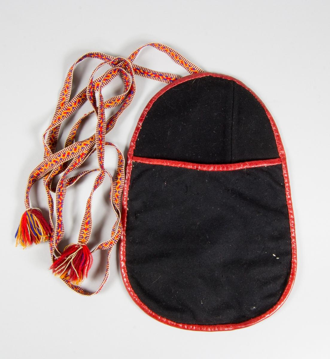 Kjolsäck till dräkt för kvinna från Sundborns socken, Dalarna. Modell med avskuret framstycke. Tillverkad av svart ylletyg, kläde, hopskarvad av flera delar.   Framstycket fodrat med vitt fabriksvävt bomullstyg, tuskaft. Kantat runtom med rött skinn, möjligen saffian. Bakstycke av vitt fårskinn. Midjeband handvävt, med plockat mönster i rött och blått på gul botten, röda stolpar i kanten. Varje ände med en tofs av garnet.  Framstycket har flera hål.
