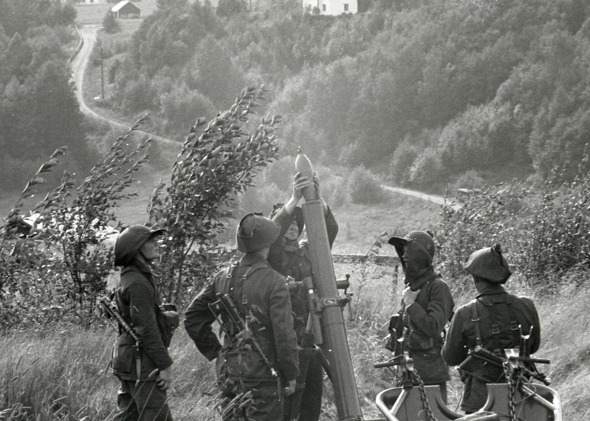 Granatkastare laddas på militärövning vid I21 Västernorrlands Regemente, Sollefteå.