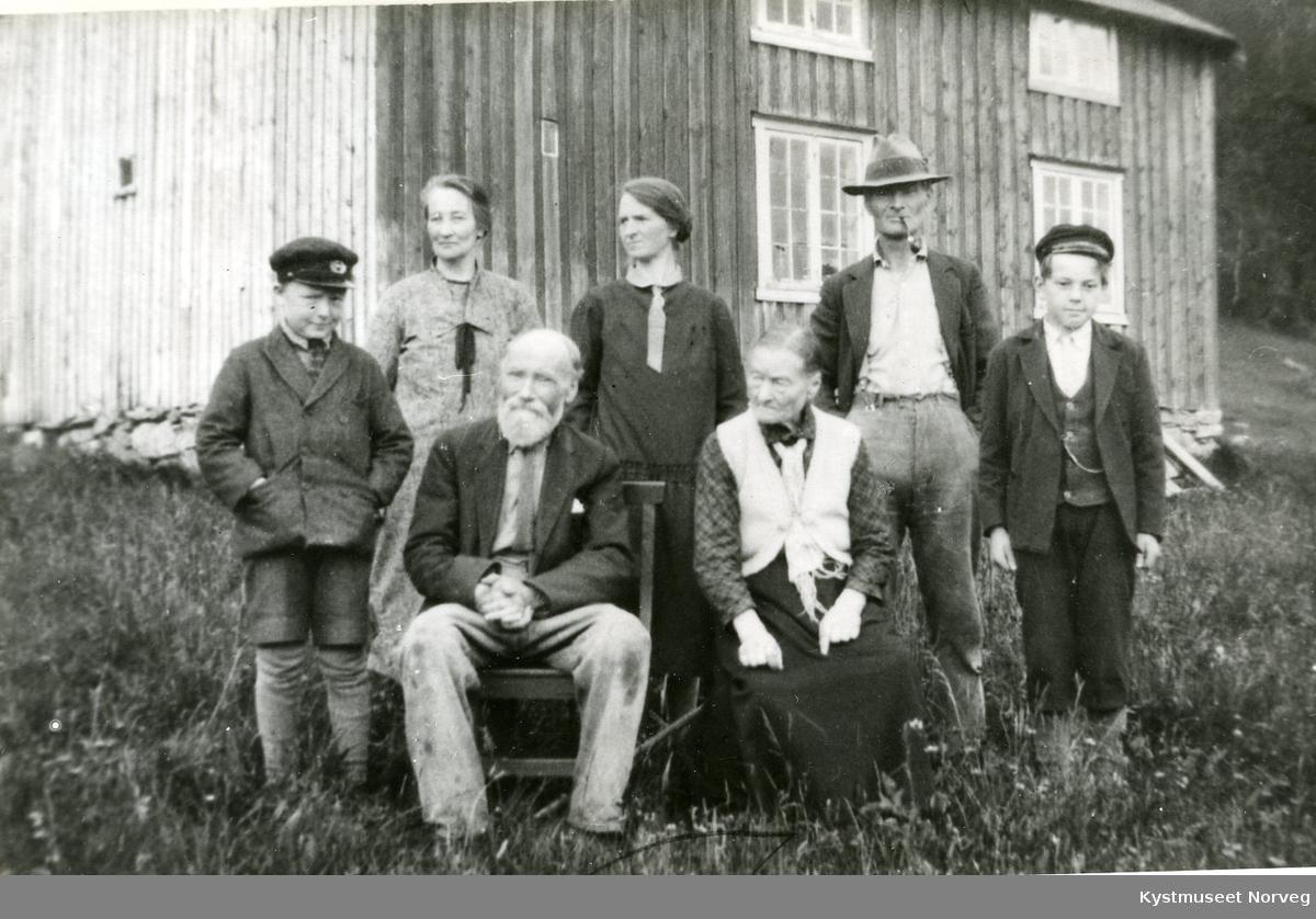 Anton Pedersen og Marie Halvorsdatter med barn og barnebarn