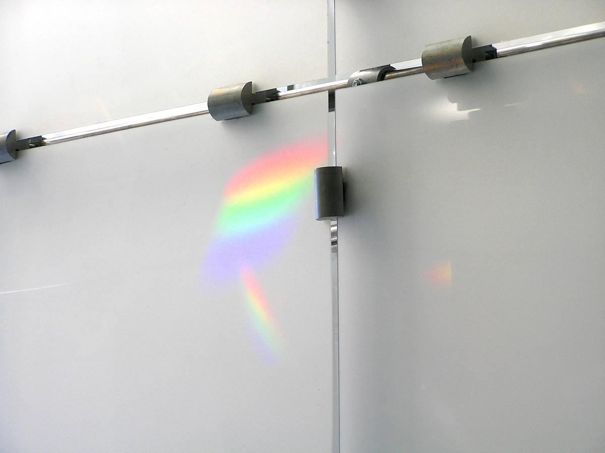 Intensjonen med den ruvende skulpturale formen er å lede lyset nedover i etasjene, samt å fungere som egen lyskilde ved mørketid. Formen har en membran som registrerer og samler lyset utenfra. Den fremstår som lysere enn omgivelsene på en overskyet dag. Ved sollys forandres lys og skygge ved solens gang, og prismer avtegner regnbuefarger på formens overflate.