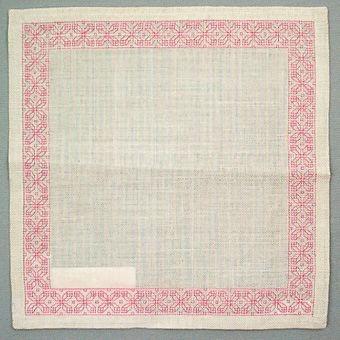 """Kvadratisk duk .................Duken är märkt med en pappersetikett från Kronobergs läns Hemslöjdsförening Växjö med handskriven text: """"255 ......"""