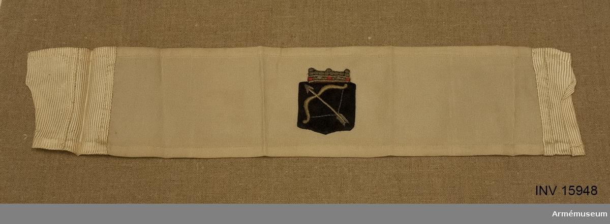 Grupp C I. Axelklaff för officer som deltagit i frihetskriget 1918, Finland, Satakunta.  Armbindel 10 cm bred, av siden med broderat Savolax vapen (bågen) med treuddig krona.  Armbindeln bäres omkring vänstra ärmen ovan armbågen till paraduniform. Deltagare i frihetskriget få jämväl bära det landskapsvapen deras trupp burit under frihetskriget eller det landskapsvapen, där de hade sin verksamhet. Armbindeln tillhör Savolax landskap.